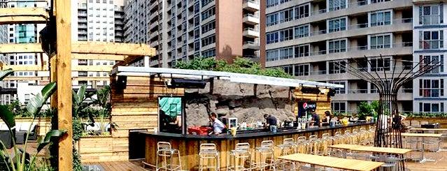 Oasis Rooftop Patio is one of Lugares favoritos de Matty.