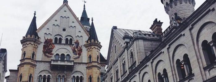 Schloss Neuschwanstein is one of Locais curtidos por Katie.