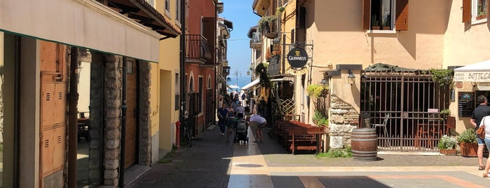 Lazise is one of Italie: Lombardie et lacs.