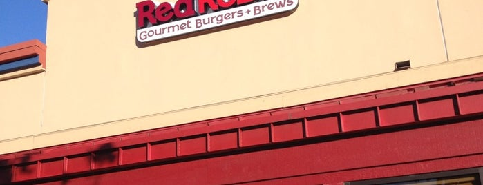 Red Robin Gourmet Burgers and Brews is one of Tempat yang Disukai Denis.