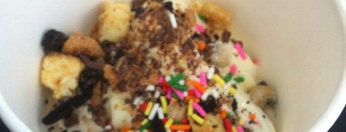 Dream Berry Frozen Yogurt & Treats is one of Molly 님이 저장한 장소.