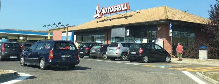 Autogrill Calaggio Nord is one of Ali Canさんのお気に入りスポット.