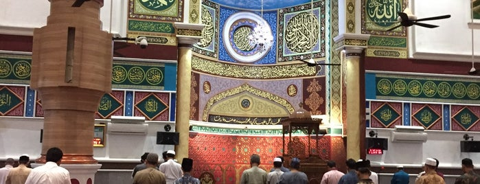 Masjid Agung Al-Makmur is one of Aceh trips.