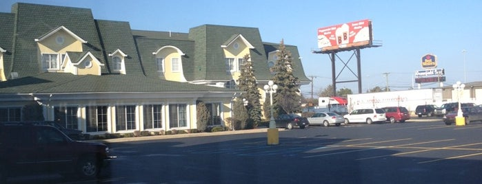 Holiday Inn Express & Suites Allen Park-Dearborn is one of Locais curtidos por Kayla.