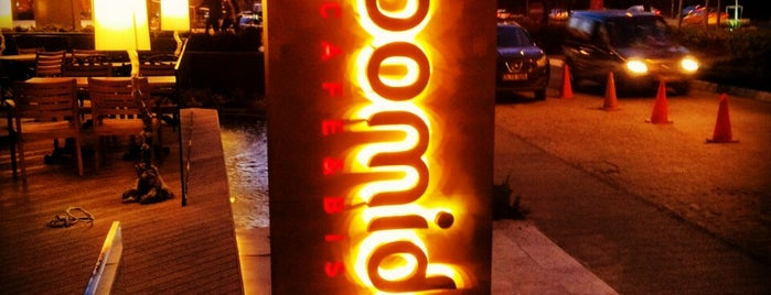 Pomidor Café & Bistro is one of Locais curtidos por Arzu.