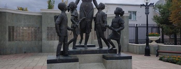 Памятник первой учительнице is one of Tempat yang Disukai Alexander.