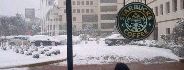 Starbucks is one of Lieux qui ont plu à Nur.