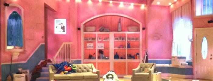 El Portal Theatre is one of Tempat yang Disukai Chris.
