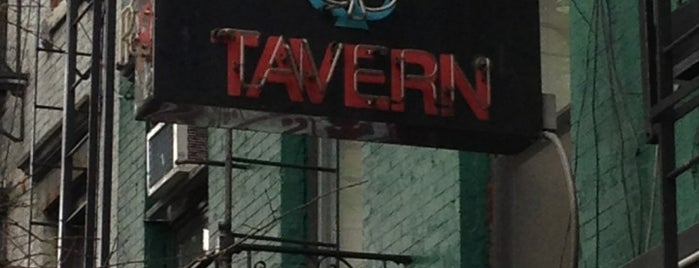 Dave's Tavern is one of Lugares favoritos de Annie.