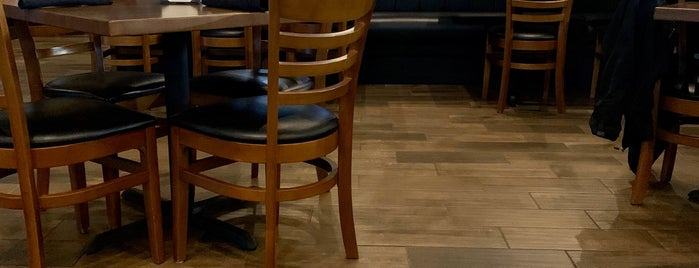 J Peters Bar & Grill is one of สถานที่ที่บันทึกไว้ของ Lizzie.