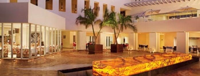 Secrets Resorts & Spas Huatulco is one of Orte, die lorenza gefallen.