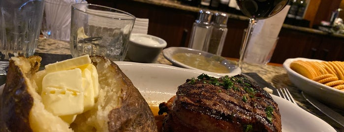 Kreis' Steakhouse is one of Lugares favoritos de Charles.