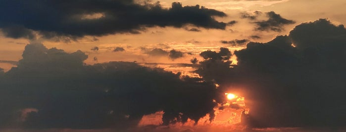 The Sunset is one of Lieux qui ont plu à Dan.