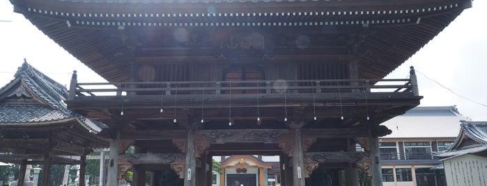 豊川稲荷 山門 is one of สถานที่ที่ Masahiro ถูกใจ.