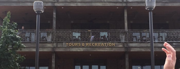 Boulevard Brewing Tours & Recreation Center/Beer Hall is one of Locais curtidos por LoneStar.