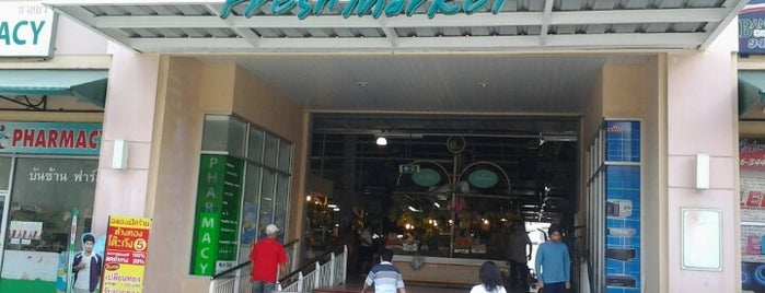 Banzaan Fresh Market is one of Locais salvos de Anna.