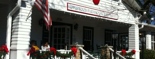 Applewood Farmhouse Restaurant & Grill is one of Debi'nin Beğendiği Mekanlar.