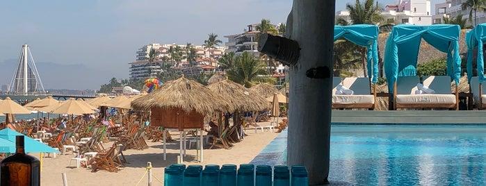 Mantamar Beach Club • Bar & Grill is one of Lugares guardados de Nik.