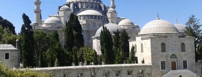 Mosquée Süleymaniye is one of Türkiye'de Gezilmesi- Görülmesi Gereken Yerler.