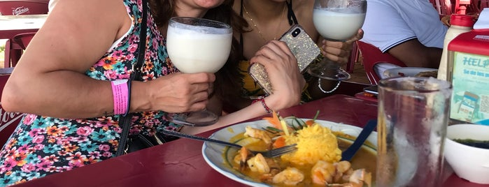 Buzo's Restaurant-Bar Sucursal Tamarindo is one of Lieux qui ont plu à Mariana.