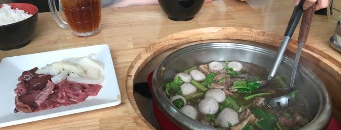 ก๋วยเตี๋ยวเนื้อตุ๋นท่าน้ำสาธุฯ is one of Yishanさんのお気に入りスポット.