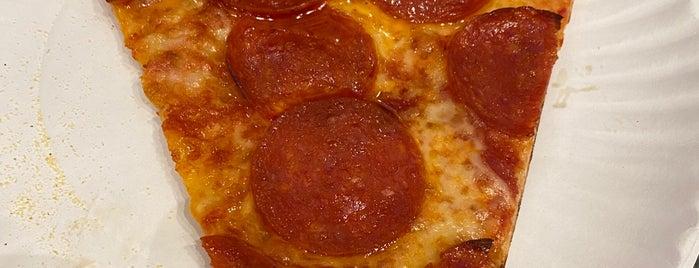 Joe's Pizza is one of Tempat yang Disukai Amanda.