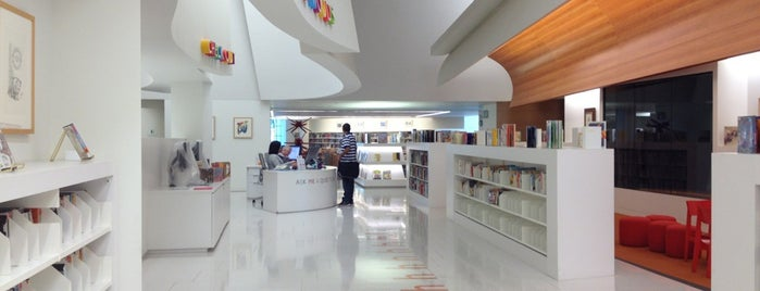 Beverly Hills Public Library is one of Tempat yang Disukai Karl.