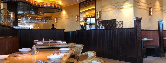 The Cheesecake Factory is one of Lugares favoritos de Yazeed.