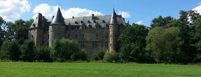 Château Ham-sur-Heure is one of สถานที่ที่ Laetitia ถูกใจ.