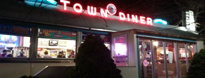Deluxe Town Diner is one of Locais salvos de Su.