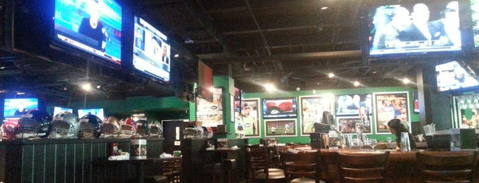 Duffy's Sports Grill is one of Locais curtidos por Val.