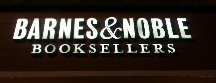 Barnes & Noble is one of Lieux qui ont plu à Kayla.