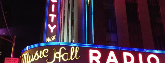 Radio City Music Hall is one of Lieux qui ont plu à Emily.