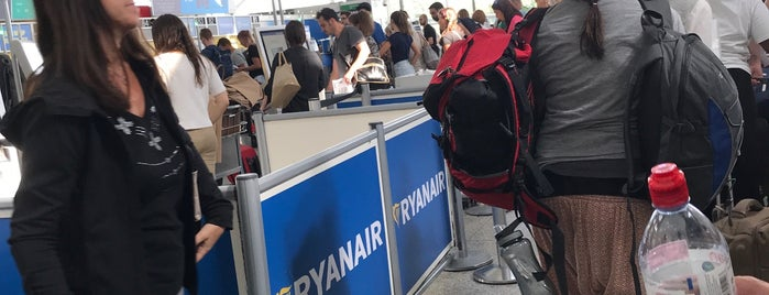 Ryanair Check-in is one of Lieux sauvegardés par Maria.