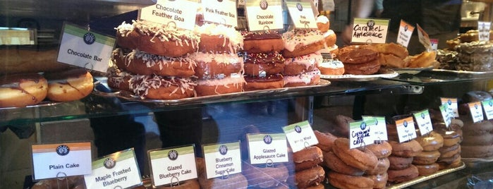 Top Pot Doughnuts is one of Lugares favoritos de Scott.