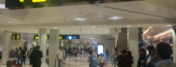 Doha International Airport (DOH) مطار الدوحة الدولي is one of Foursquare City Int'l Airport.