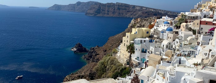 Santorini is one of Locais curtidos por Gizem.
