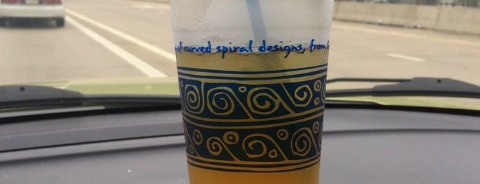 Peet's Coffee & Tea is one of Lugares favoritos de Julie.