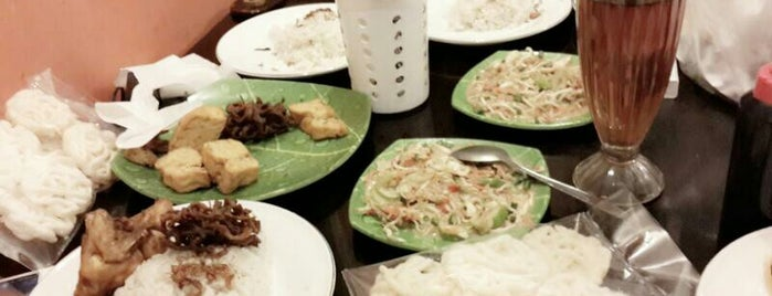 Ayam Goreng Aroma 3 is one of สถานที่ที่ Arie ถูกใจ.