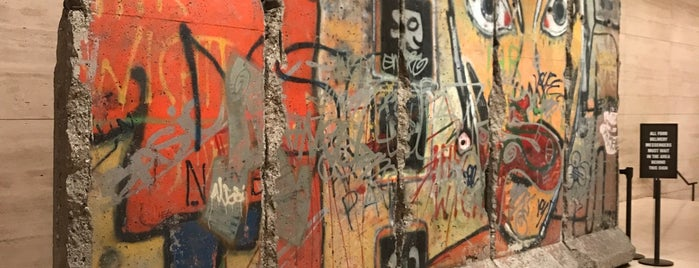Berlin Wall Remains (520 Madison Lobby) is one of สถานที่ที่บันทึกไว้ของ Chad.