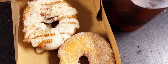 Copper Top Coffee & Donuts is one of Angela'nın Beğendiği Mekanlar.