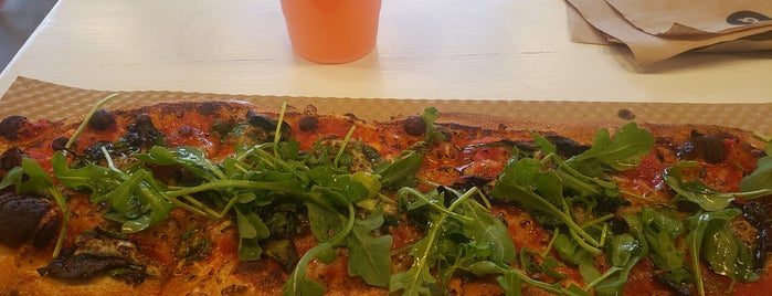 &pizza is one of Tempat yang Disukai Andrew.