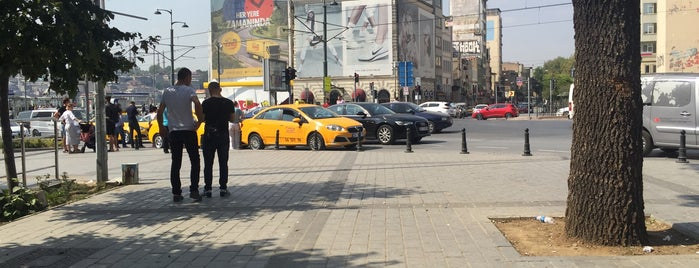 Karaköy Meydanı is one of Locais curtidos por Samet.