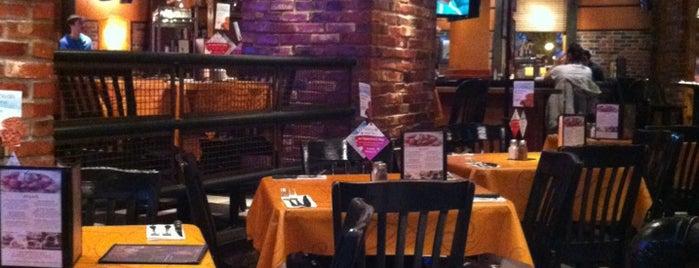 Uno Pizzeria & Grill - Boston is one of Gespeicherte Orte von Lindsay.