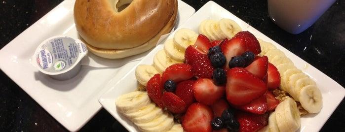 Keke's Breakfast Cafe is one of สถานที่ที่ Robert ถูกใจ.