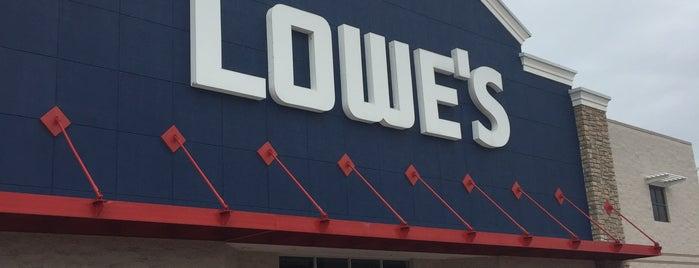 Lowe's is one of Lugares favoritos de Chris.