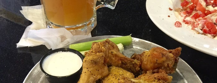 Pluckers Wing Bar is one of Lugares favoritos de Chris.
