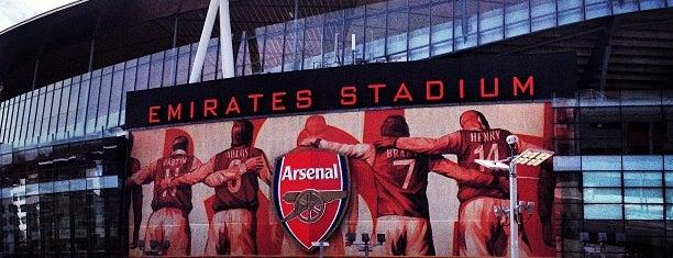 Emirates Stadium is one of Orte, die ALi gefallen.