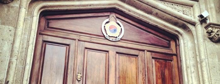 Embajada Corea is one of Lieux qui ont plu à sUNG JI.