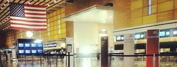 Boston Logan International Airport (BOS) is one of Lieux qui ont plu à Justin Eats.